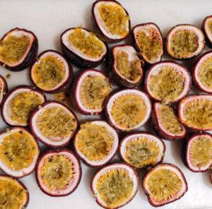 plein de fruits de la passion utilisés dans nos sirops maison pour nos ateliers colada
