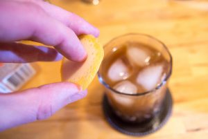 presser le zeste d'agrume au dessus du verre