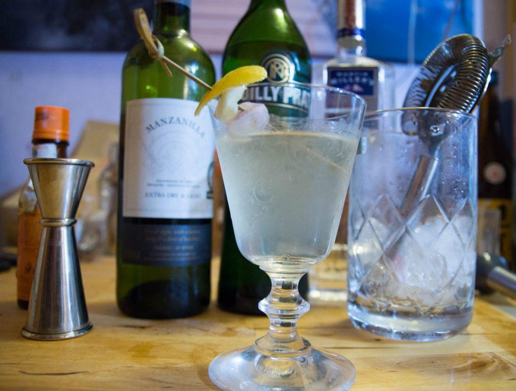 Verre a martini pour le dry martini du paysan cocktail