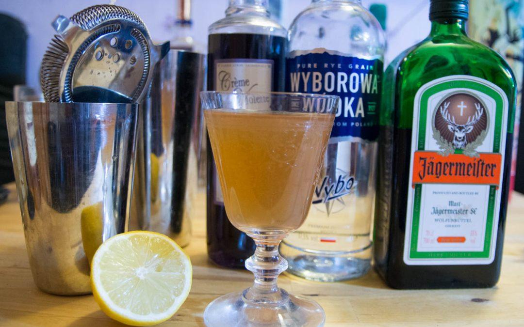 Jagerbxtch à la violette cocktail. Un sour moderne pour tous