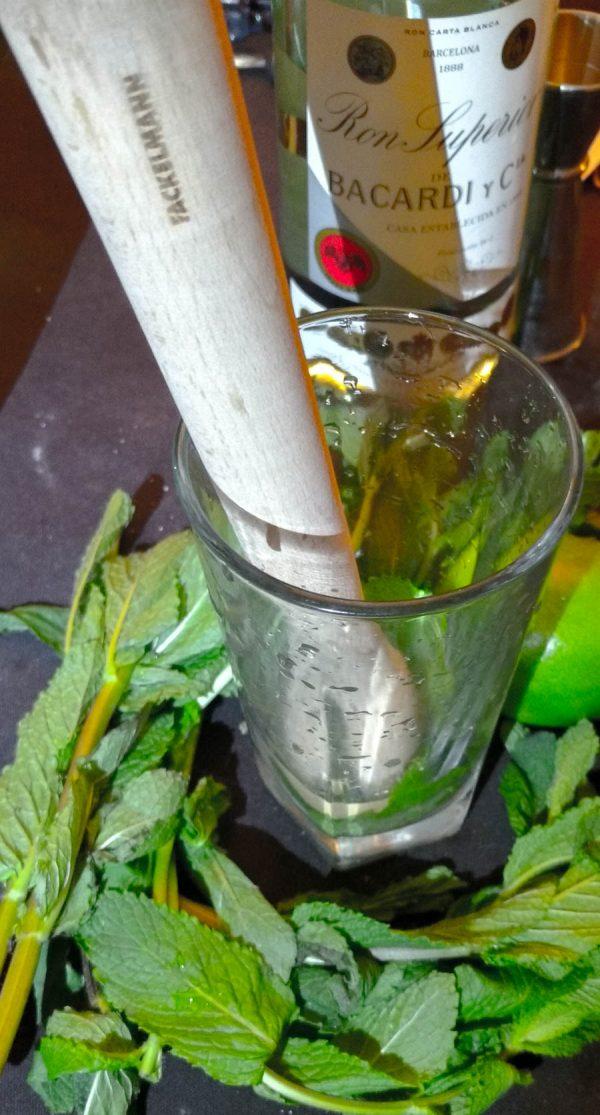 on pilone la menthe avec le sucre pour le mojito