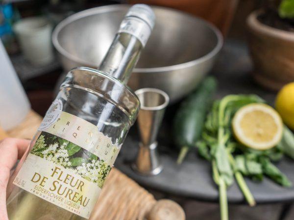 versez la liqueur de fleur de sureau dans cocktail de mariage