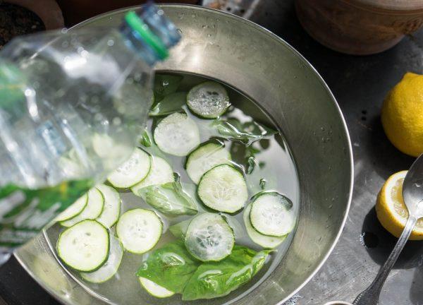 ajout de l'eau dans le cocktail de mariage