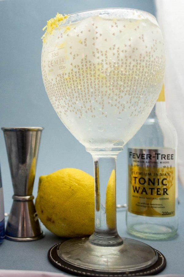 un beau verre de gin tonic cocktail colada