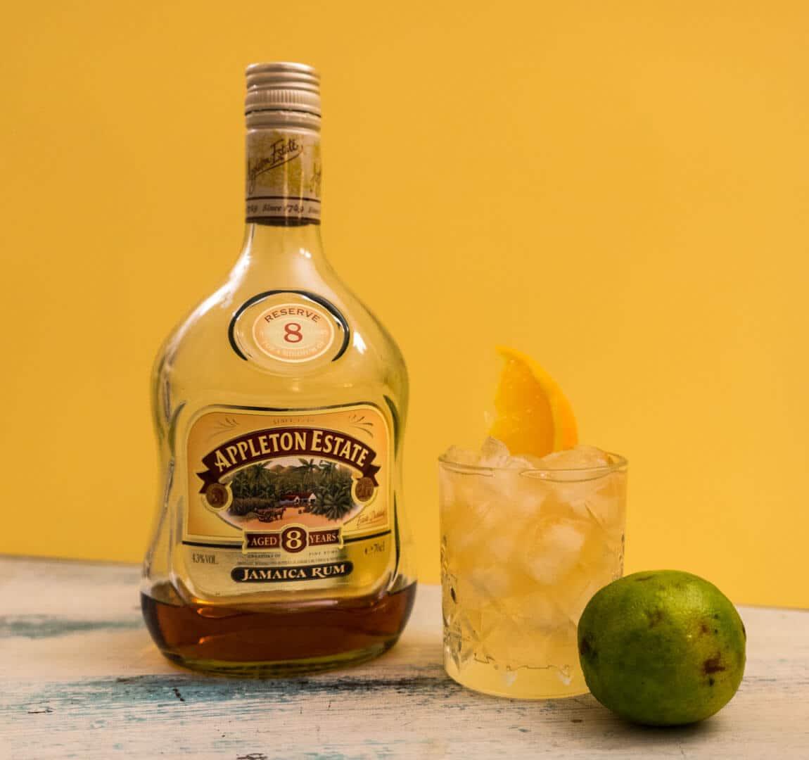 planter's punch cocktail par colada avec rhum de jamaique et citron vert