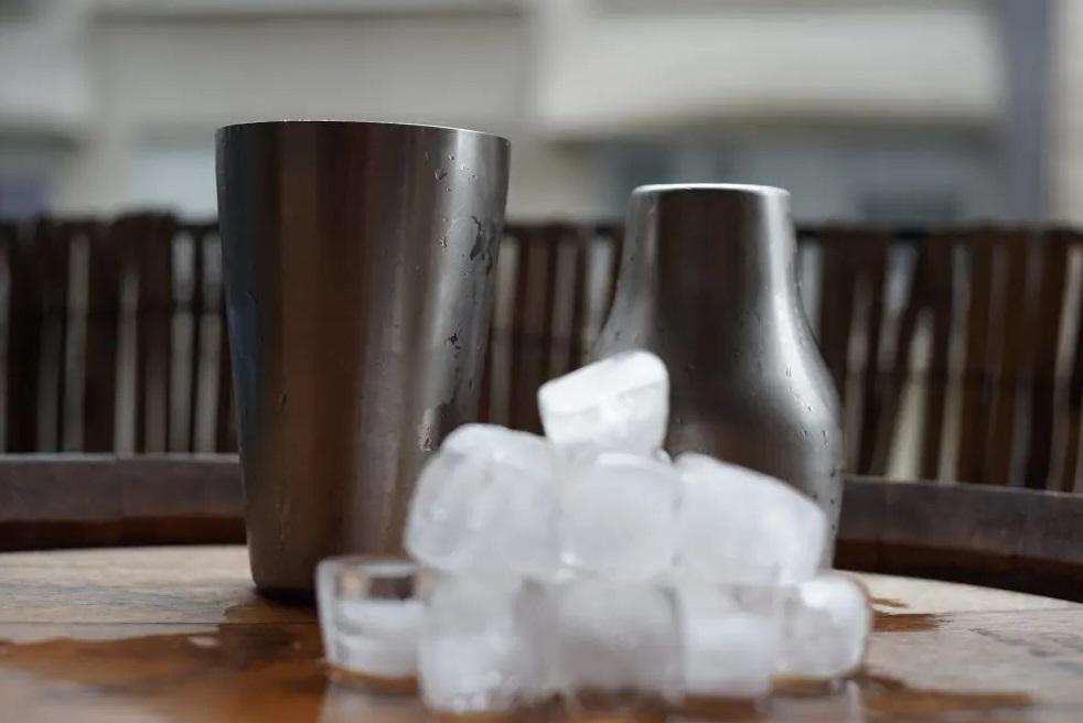 shaker avec glacons dans spiritueux