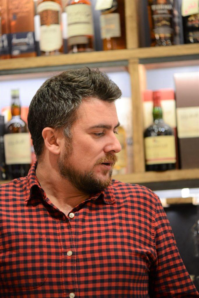 Portrait de Nicolas Dubois lors d'une dégustation de whisky pour Colada