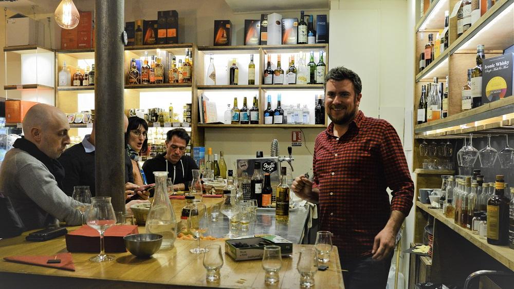 Nicolas dubois avec ses élèves de l'atelier degustation de spiritueux